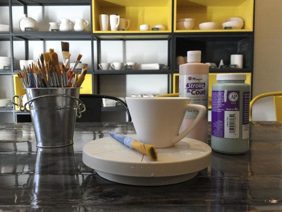 Imaginea articolului GALERIE FOTO Cafenea unde clienţii pot picta ceştile, bolurile şi farfuriile, deschisă în Cluj-Napoca