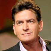 Moment de CUMPĂNĂ pentru Charlie Sheen! Ce a păţit actorul pe un aeroport din SUA