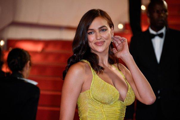 Imaginea articolului Irina Shayk, apariţie impresionantă pe covorul roşu de la Cannes, la mai puţin de două luni după ce a născut
