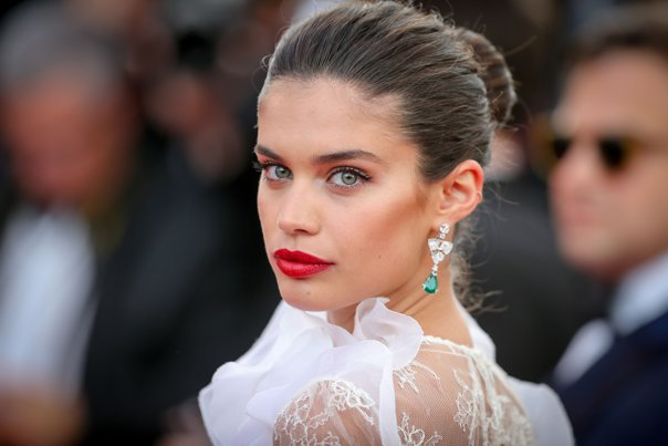 Imaginea articolului FOTO Sara Sampaio, apariţie INCENDIARĂ pe covorul roşu al Festivalului de la Cannes