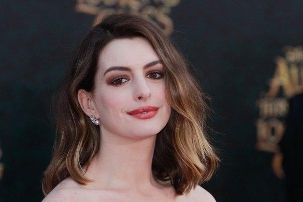 Imaginea articolului Anne Hathaway va produce o comedie romantică despre reţeaua de socializare Tinder