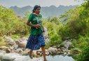 Imaginea articolului FOTO O femeie din Mexic a câştigat un ultramaraton de 50 de km, purtând o fustă şi saboţi de cauciuc
