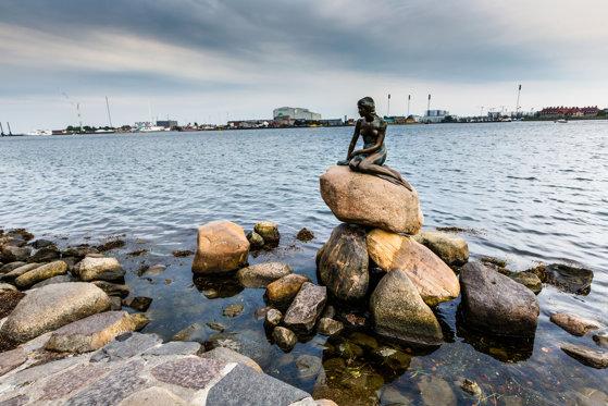 """Imaginea articolului Mica Sirenă, cel mai cunoscut monument din Copenhaga, vandalizată: """"Danemarca, apără balenele insulelor Feroe!""""."""