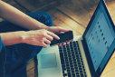 Imaginea articolului COMENTARIU: Mintea de postac, sau ce se întâmplă când stai prea mult pe net