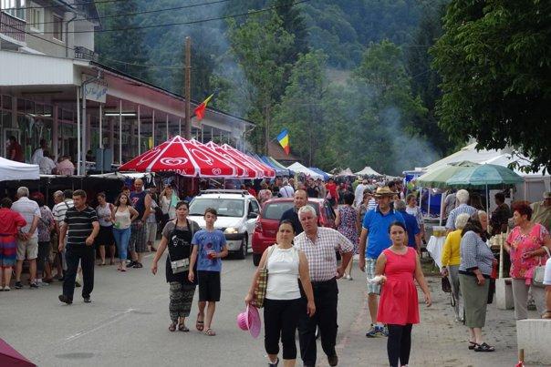 Imaginea articolului GALERIE FOTO | Mii de oameni, la Târgul de Fete de pe Muntele Găina, cea mai mare sărbătoare populară din România: Ceremoniale, târguri de meşteri populari şi drumeţii montane