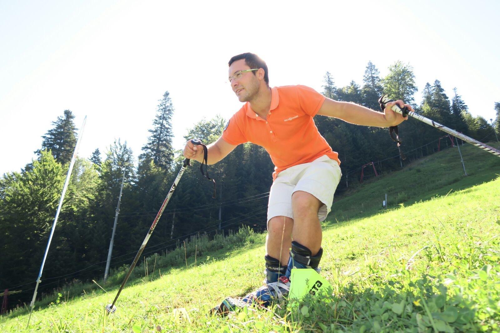 FOTO | Un tânăr din Azuga îşi petrece vara pe pârtie, făcând schi pe iarbă. El vrea să breveteze o tehnică