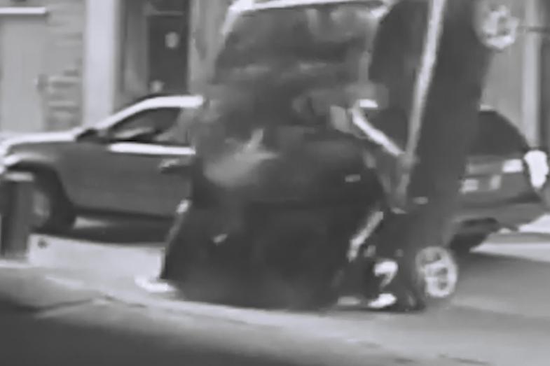 O şoferiţă s-a PRĂBUŞIT cu maşina în gol, de la etajul 7 al unei parcări. Episodul şocant, surprins de camerele video