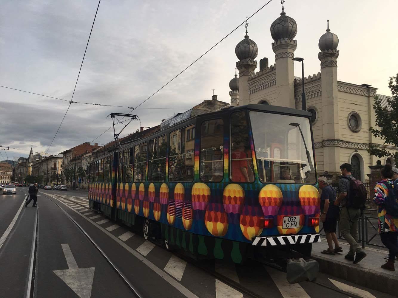 GALERIE FOTO   Un tramvai vechi pictat de un artist local, pus în circulaţie la Cluj-Napoca