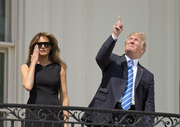 Imaginea articolului Eclipsa de soare, văzută de la Casa Albă. Preşedintele Trump nu a folosit iniţial ochelarii de protecţie | FOTO, VIDEO