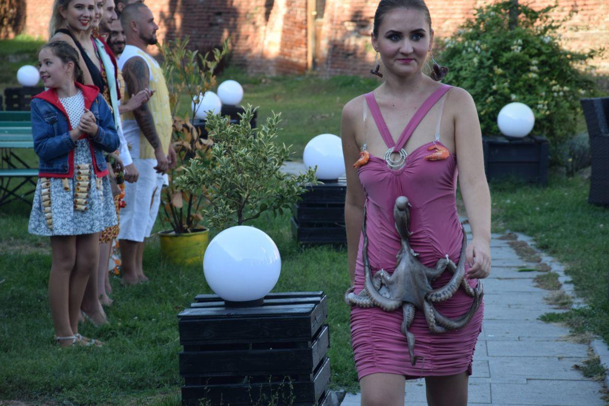 Paradă a modei cu creaţii vestimentare accesorizate cu dulciuri, fructe, legume şi carne, la Alba Iulia | GALERIE FOTO, VIDEO