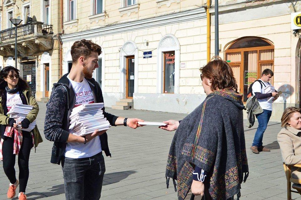 Clujenii, îndemnaţi să citească în mod inedit: 3.000 de cărţi, lăsate la întâmplare prin oraş | GALERIE FOTO