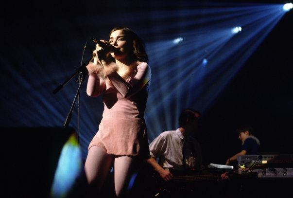 Imaginea articolului Björk acuză un regizor danez de hărţuire sexuală. În biografia cântăreţei apare o colaborare cu celebrul Lars von Trier