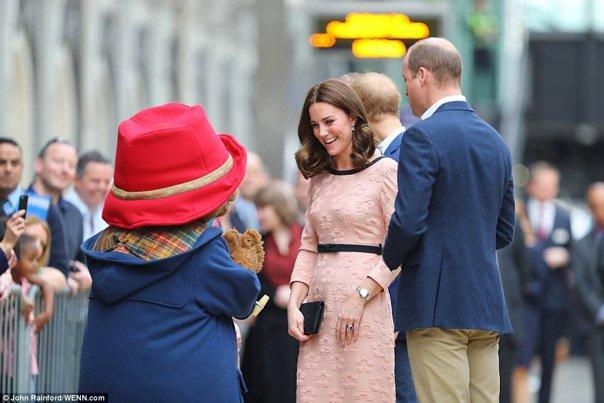 Imaginea articolului Însărcinată cu cel de-al treilea copil, Kate Middleton a dansat cu ursuleţul din Paddington   GALERIE FOTO, VIDEO