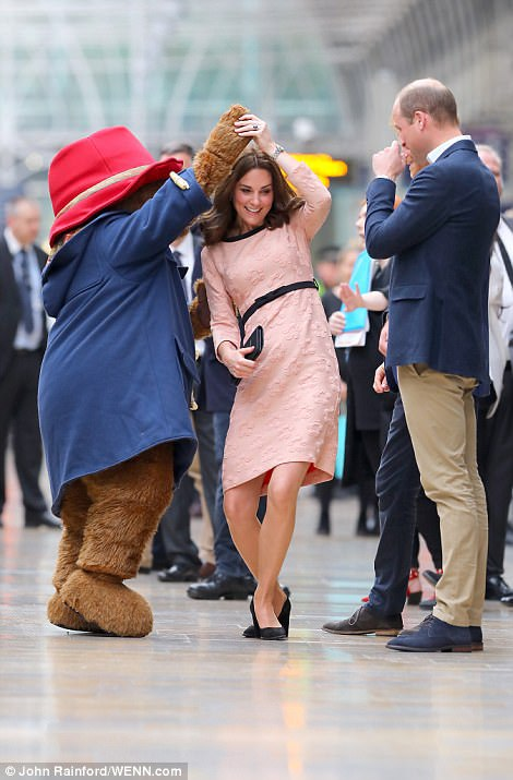 Kate Middleton, DANS cu ursuleţul din Paddington. Reacţia SURPRIZĂ a Prinţului William  | GALERIE FOTO, VIDEO