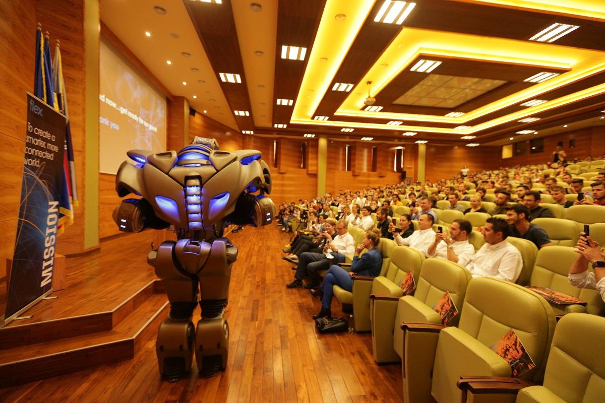 Unul dintre cei mai faimoşi roboţi din lume, care cântă şi dansează, a ajuns la Timişoara |  FOTO