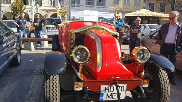 """Imaginea articolului Autoturism vechi de aproape 100 de ani, perfect funcţional, la Retro Parada Toamnei, în Sibiu / """"A fost ambiţia mea să am o maşină cum doar în filme am mai văzut""""   FOTO"""
