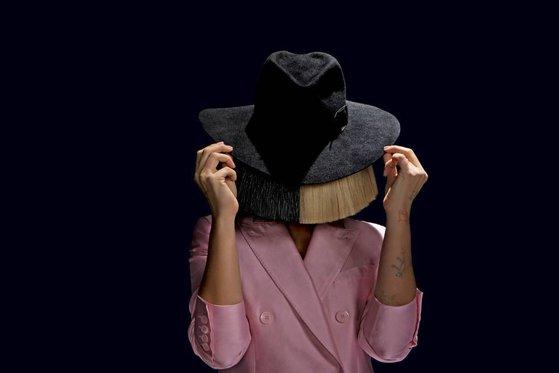 """Imaginea articolului Sia a postat o poză în care apare goală, ca să scape de paparazzi: """"Păstraţi-vă banii, uitaţi-o aici pe gratis"""" - FOTO"""