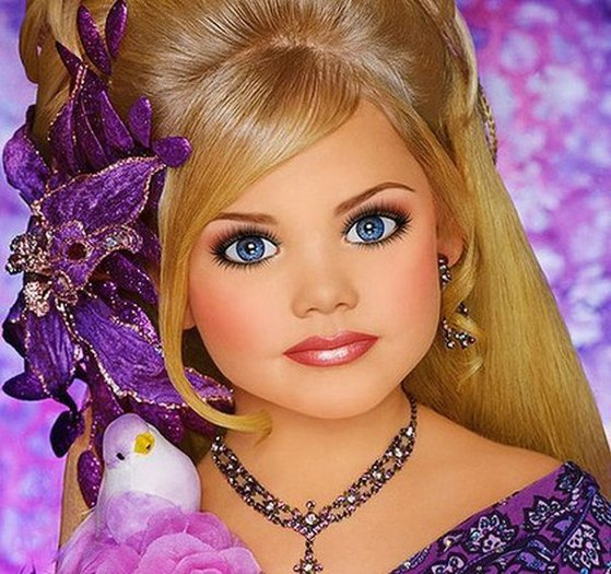 Imaginea articolului ABERAŢIILE concursurilor de frumuseţe pentru copii: Modelele de 5 ani cu dinţi falşi, extensii şi botox | GALERIE FOTO