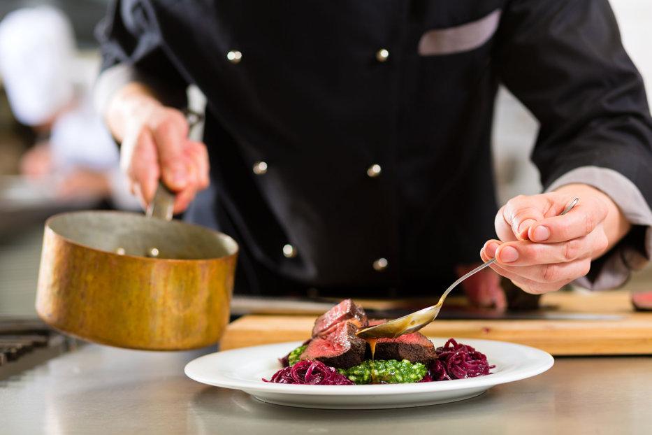 LOVITURĂ. Unul dintre cei mai cunoscuţi bucătari din lume, acuzat de hărţuire sexuală. Decizia televiziunii ABC