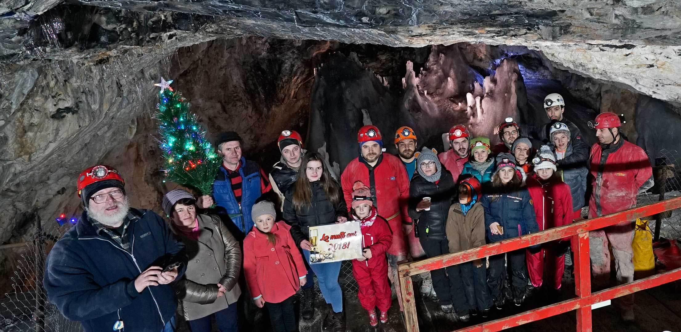 Revelion sărbătorit în peştera `Gheţarul Scărişoara` de către un grup de speologi şi familiile lor | GALERIE FOTO