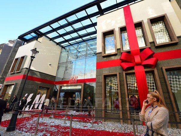 H&M, nevoită să îşi ceară scuze pentru o fotografie publicitară. Acţiunile companiei suedeze scad