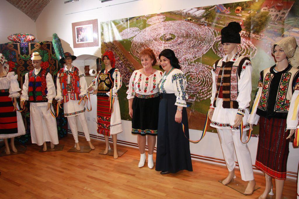 Centenarul, marcat la Bistriţa cu o expoziţie de costume populare realizate în ultimul secol | GALERIE FOTO