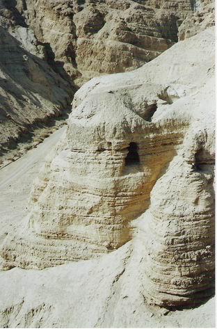 Imaginea articolului MANUSCRISELE de la Marea Moartă, DESCIFRATE. Scrierile au fost sursa fascinaţiei şi teoriilor consipraţiei încă de când au fost descoperite