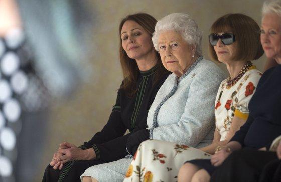 Imaginea articolului Regina Elisabeta a II-a, vizită surpriză la Săptămâna modei de la Londra | FOTO