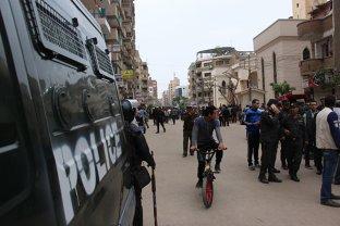 IMAGINILE ZILEI: Un poliţist din Egipt prinde în braţe un copil ce cade de la etajul 3