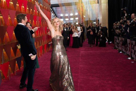 Imaginea articolului Oscar 2018: Ţinute glamour şi îndrăzneţe pe covorul roşu. Jennifer Lawrence a atras toate privirile, într-una dintre cele mai admirate rochii | GALERIE FOTO
