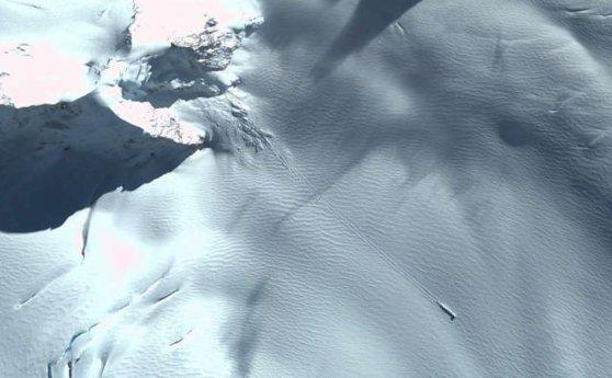 Imaginea articolului Ce s-a prăbuşit în Antarctica? Obiectul MISTERIOS descoperit prin Google Earth | VIDEO