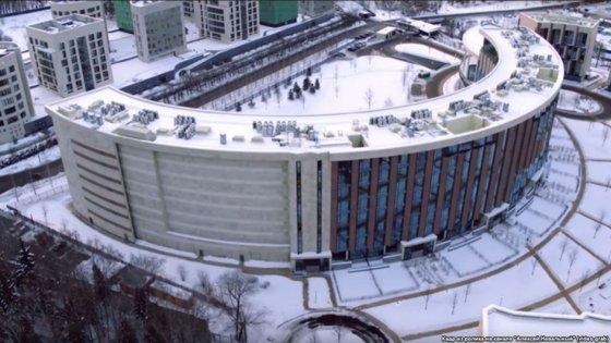 Imaginea articolului Un bloc de LUX din Moscova a fost construit fără ferestre spre sud-vest, pentru ca locatarii să nu poată vedea vila monumentală a vicepremierului | FOTO, VIDEO