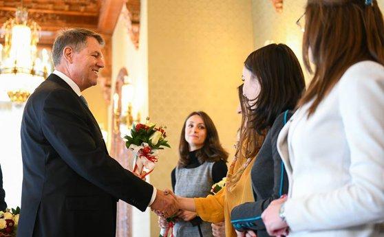 Imaginea articolului MESAJELE politicienilor de 8 martie, pe Facebook: De la poze cu mame, la versuri din Vadim Tudor   FOTO