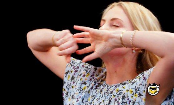 Imaginea articolului Charlize Theron, provocată să mănânce aripioare de pui cu sos picant. Ce a recunoscut actriţa în timp ce povestea despre trecutul ei | GALERIE FOTO, VIDEO