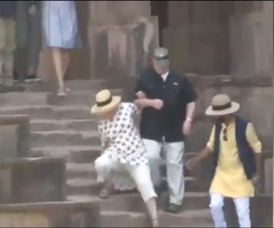 Imaginea articolului Hillary Clinton s-a împiedicat de două ori pe scările unui palat din India, la şase luni după un alt incident în care şi-a rupt un deget de la picior   Video