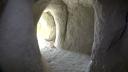 """Imaginea articolului Sfarmă-piatră. Povestea bărbatului din Prahova care şi-a săpat, cu târnăcopul, o locuinţă cu 7 """"camere"""" într-o stâncă"""
