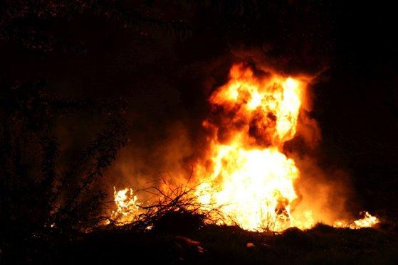 Imaginea articolului Sfântul Gheorghe | Tradiţii şi obiceiuri. În ajunul sărbătorii, sătenii de pe Valea Bârgăului au ars răul, aprinzând sute de focuri uriaşe. FOTO
