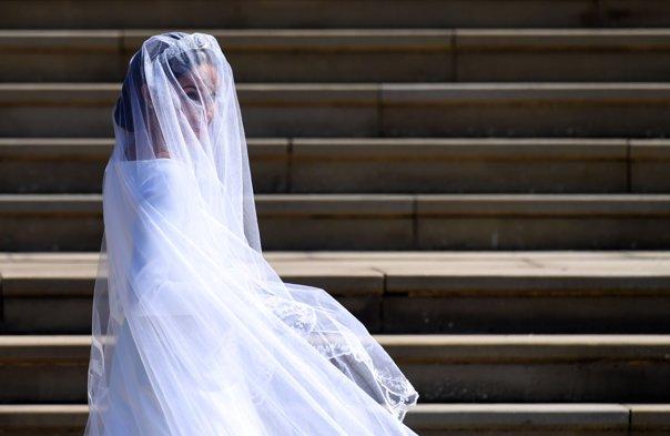 Imaginea articolului Nuntă REGALĂ în Marea Britanie. Rochia de MIREASĂ a lui Meghan Markle, o creaţie Clare Waight Keller pentru Givenchy