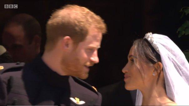 Imaginea articolului Soţ şi soţie, Harry şi Meghan, deveniţi ducele şi ducesa de Sussex. MOMENTUL mult aşteptat al SĂRUTULUI, pe treptele capelei Saint George din Windsor. Ce şi-au şoptit înainte - GALERIE FOTO