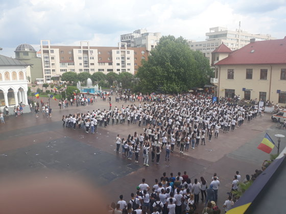 Imaginea articolului Flashmob cu sute de tineri care au îmbinat folclorul cu dansul modern, îmbrăcaţi în ii, la Târgu-Jiu. Unei femei i s-a făcut rău | FOTO, VIDEO