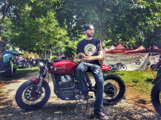 Imaginea articolului Motocicletă modificată în aşa fel încât să semene cu una de curse din 1960, prezentată la Cluj | GALERIE FOTO