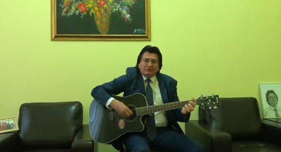 Imaginea articolului Primarul Nicolae Robu, încă un cântec. Edilul Timişoarei şi-a postat melodia, compozie proprie, pe Facebook | VIDEO