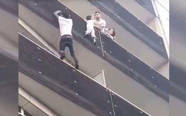 Imaginea articolului Spider-Man de Paris. Un tânăr a escaladat în câteva secunde un imobil pentru a salva un COPIL care atârna în gol
