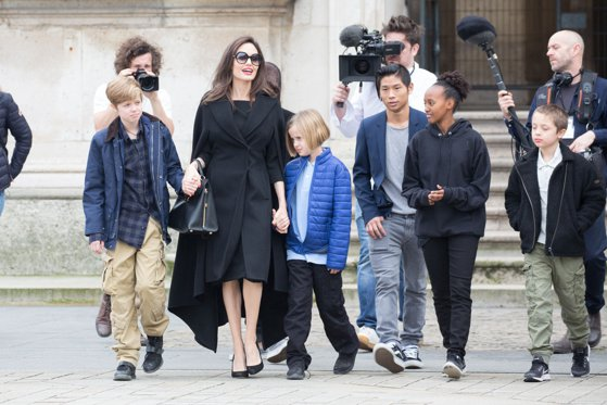 Imaginea articolului Somată de judecător. Angelina Jolie riscă să piardă custodia copiilor