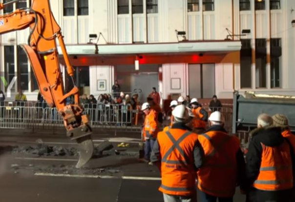 Imaginea articolului PROTEST EXTREM: Artist australian, îngropat de viu timp de trei zile, la MINUS 13 grade/ Ce s-a descoperit când a fost spartă placa de beton | VIDEO