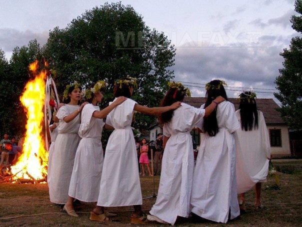 Imaginea articolului Sânzienele, marcate în fiecare an de sătenii din Bistriţa-Năsăud cu joc şi voie bună/ Superstiţii şi tradiţii de Sânziene