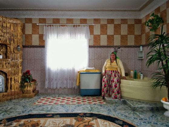 Imaginea articolului Cum vede presa britanică palatele romilor din România: Locuinţe colorate şi supradimensionate, în care familiile pozează cu mândrie - FOTO, VIDEO