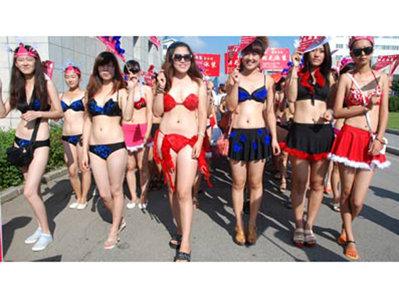 Cea mai mare paradă în bikini, desfăşurată într-un oraş din China