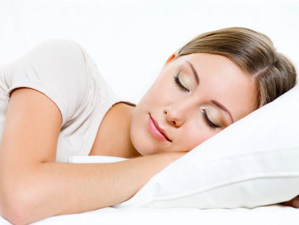 Imaginea articolului De ce este bine să dormim pe partea stângă?