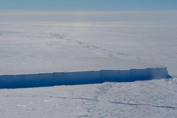 Imaginea articolului O zonă fascinantă care a stat ascunsă timp de 120.000 de ani, descoperită sub aisbergul masiv din Antarctica